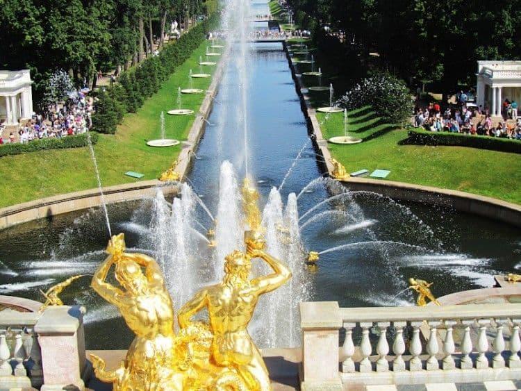 El palacio de peterhof fuentes de agua y oro guiarus for Fuentes de agua