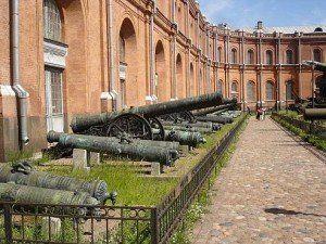 El imponente Museo de Artillería en San Petersburgo.